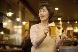 ビールを運ぶ店員の写真素材 [FYI01310580]