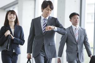 歩くビジネスグループ3人の写真素材 [FYI01310617]