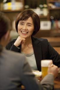 居酒屋で話をするビジネスウーマンの写真素材 [FYI01310630]