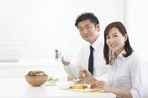 朝食を食べる夫婦の写真素材 [FYI01310632]