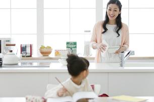キッチンに立つ母親の写真素材 [FYI01310635]
