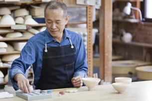陶芸をするシニア男性の写真素材 [FYI01310653]