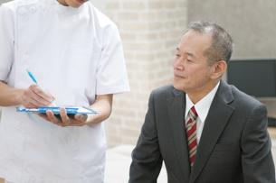 問診するマッサージ師とビジネスマンの写真素材 [FYI01310657]