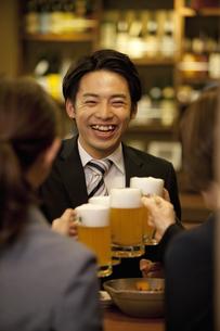 ビールで乾杯するビジネスマン4人の写真素材 [FYI01310663]