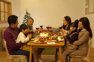 クリスマスパーティーを楽しむ3世代家族の写真素材 [FYI01310670]