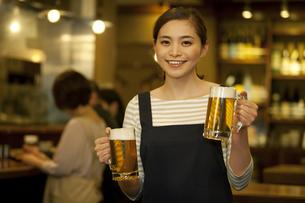 ビールを運ぶ店員の写真素材 [FYI01310692]