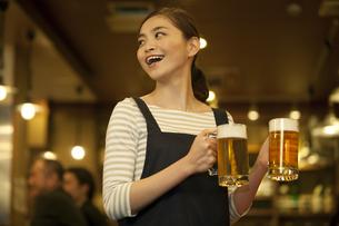 ビールを運ぶ店員の写真素材 [FYI01310700]