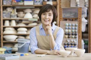 陶芸をするシニア女性の写真素材 [FYI01310702]