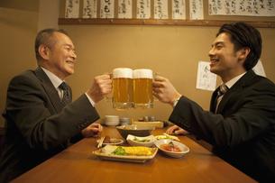 ビールで乾杯するビジネスマン2人の写真素材 [FYI01310704]