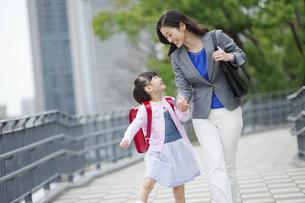手をつないで歩く女の子と母親の写真素材 [FYI01310717]