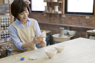 陶芸をするシニア女性の写真素材 [FYI01310721]