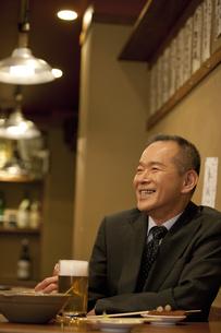 居酒屋で食事をするビジネスマンの写真素材 [FYI01310722]