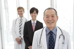笑顔の医師とビジネスマン3人の写真素材 [FYI01310737]