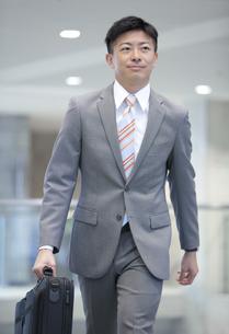歩いているビジネスマンの写真素材 [FYI01310740]