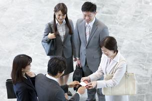 名刺交換をするビジネスグループ5人の写真素材 [FYI01310762]