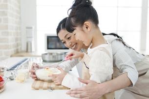 料理をする女の子と母親の写真素材 [FYI01310788]