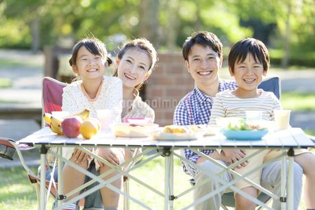 バーベキューをしている家族の写真素材 [FYI01310797]