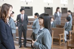 外国人教師と話をする女子校生の写真素材 [FYI01310813]