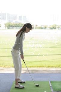 ゴルフをする女性の写真素材 [FYI01311029]