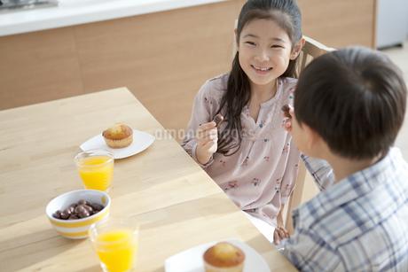 おやつを食べる男の子と女の子の写真素材 [FYI01311036]