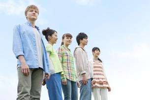 並んで立つ若者5人の写真素材 [FYI01311041]