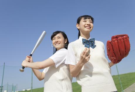 野球をする女子校生2人の写真素材 [FYI01311057]