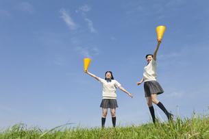 メガホンを持って応援する女子校生2人の写真素材 [FYI01311061]