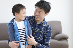 ほほえむ男の子と父親の写真素材 [FYI01311069]