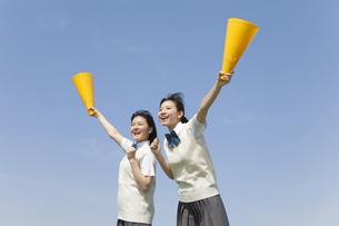 メガホンを持って応援する女子校生2人の写真素材 [FYI01311070]
