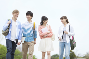 歩く学生4人の写真素材 [FYI01311084]