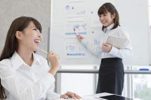 会議をする2人のビジネスウーマンの写真素材 [FYI01311110]
