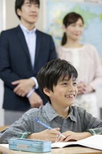 授業参観中の子供と親の写真素材 [FYI01311155]