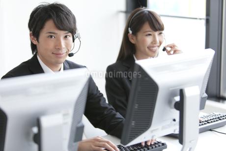 インカムを付けた2人のビジネスマンの写真素材 [FYI01311167]