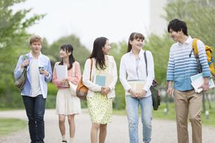 歩く大学生5人の写真素材 [FYI01311168]