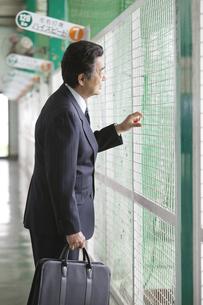 バッティングセンターにいるビジネスマンの写真素材 [FYI01311182]