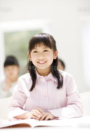 授業を聞いている女の子の写真素材 [FYI01311189]