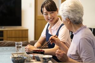 会話をするシニア女性とヘルパーの写真素材 [FYI01311195]