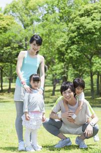 公園の家族の写真素材 [FYI01311198]