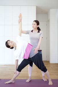 ストレッチをする2人の女性の写真素材 [FYI01311206]
