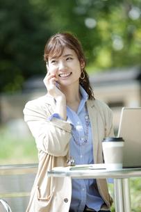 スマートフォンで通話するビジネス女性の写真素材 [FYI01311223]