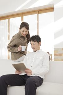 タブレットPCを見るカップルの写真素材 [FYI01311235]