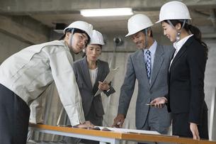 建設現場で打ち合わせをするビジネス男女の写真素材 [FYI01311248]