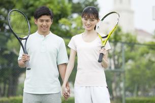 テニスコートに立つカップルの写真素材 [FYI01311365]