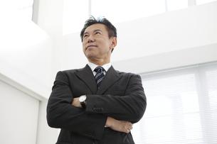 腕組みをするビジネスマンの写真素材 [FYI01311368]
