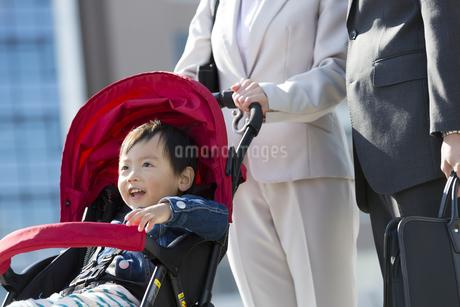 ベビーカーに乗る男の子の写真素材 [FYI01311409]