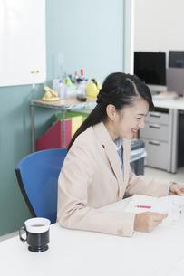 笑顔のビジネスウーマンの写真素材 [FYI01311416]
