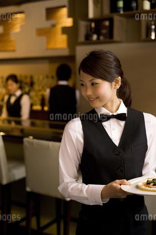 ビザを運ぶ女性従業員の写真素材 [FYI01311430]