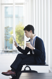 タブレットPCを見ているビジネスマンの写真素材 [FYI01311501]