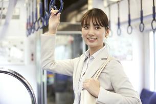 通勤電車に乗るビジネスウーマンの写真素材 [FYI01311537]