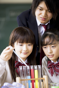 実験を観察する学生達の写真素材 [FYI01311568]